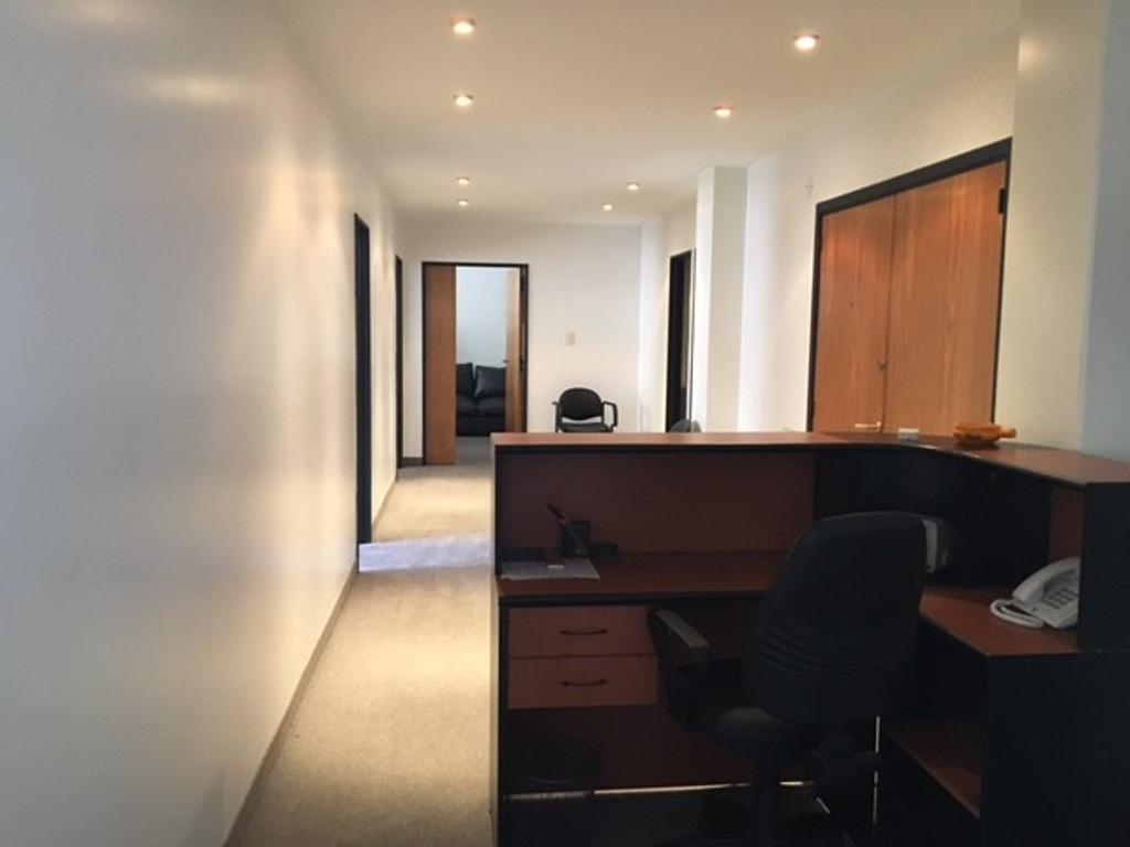 Importante oficina en edificio de estilo y categoría. 110 m2 Totalmente reciclada y amoblada.
