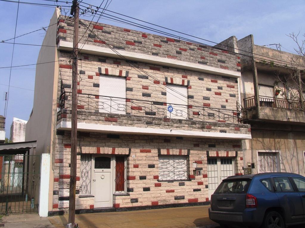 CASA APTA 2 FAMILIAS, COMPUESTA DE DOS DPTOS DE 1 Y 2 DORMITORIOS (EN BLOCK)