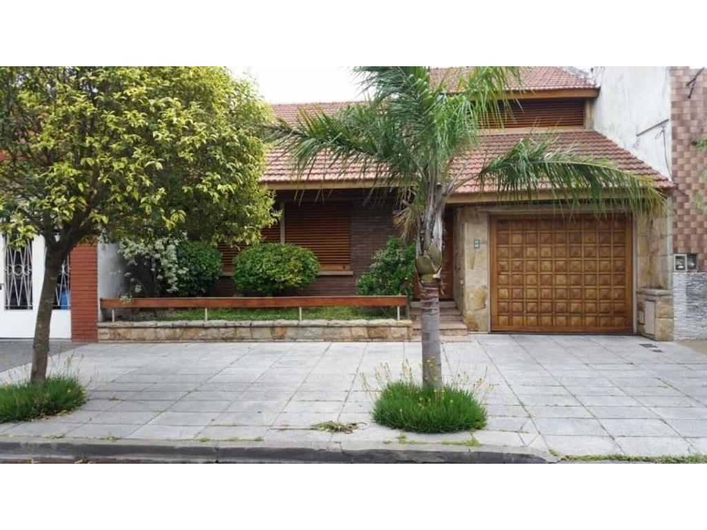 Venta Apto Credito Chalet 4 Ambientes con fondo, garaje, quincho Lomas del Mirador