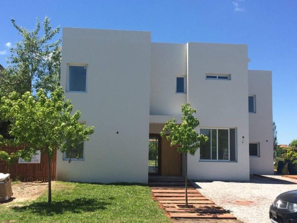 Casa en alquiler anual en Santa Catalina, Villa Nueva.