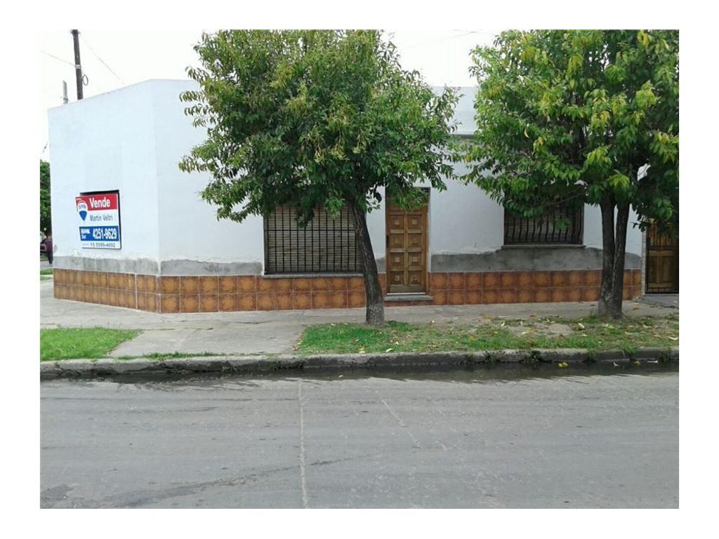 Casa esquina de 4 amb.- garage y patio- APTO CRED