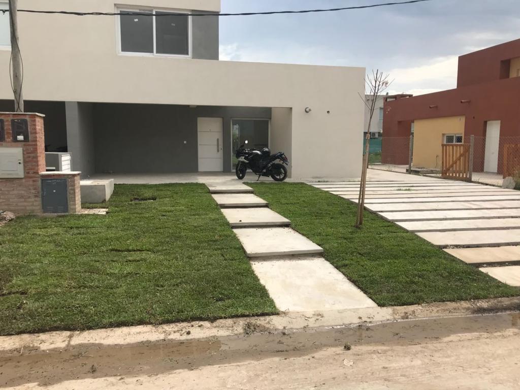 BURATTI - Casa en venta con renta en barrio Casas de Santa María a estrenar