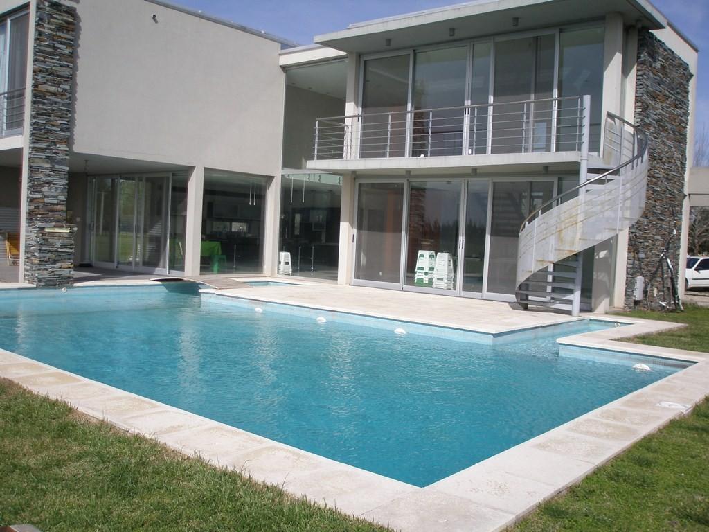 Moderna casa de 6 ambientes con pileta climatizada