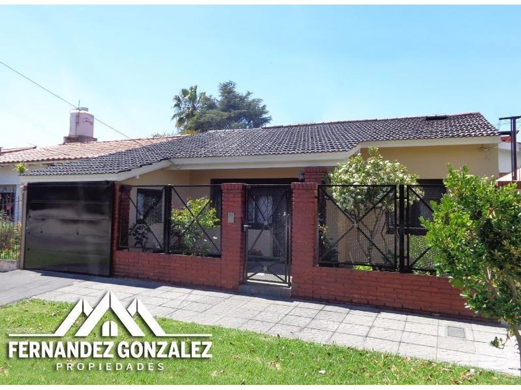 Chalet de 4 ambientes con doble garage y patio.