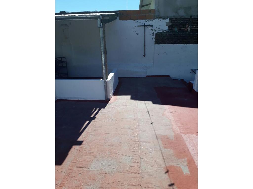 Ph 2 ambientes y medio con patio y terreza, cocina separada, lavadero independiente, baño completo.