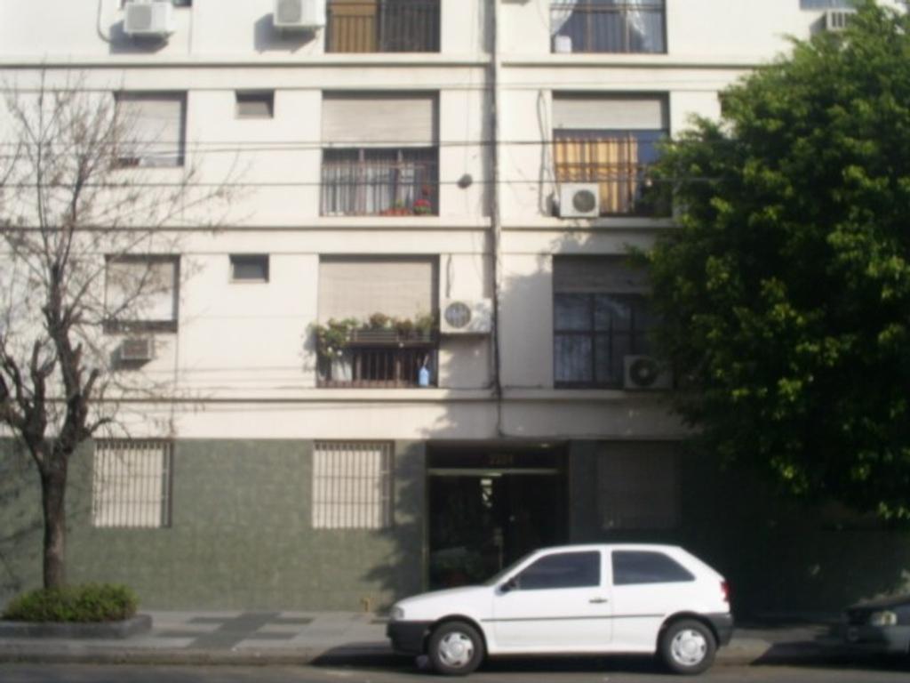 Departamento de 3 ambientes con dependencia al frente con balcón Francés en venta.