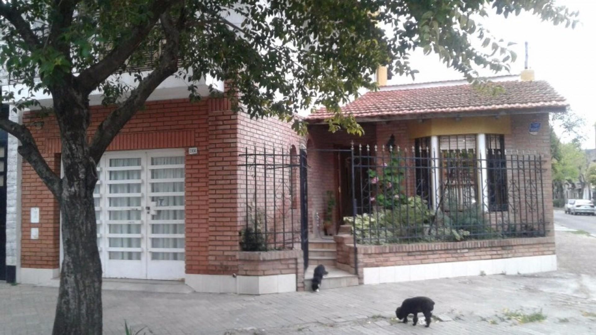 IMPECABLE CASA DE TRES DORMITORIOS CON GARAGE Y PATIO