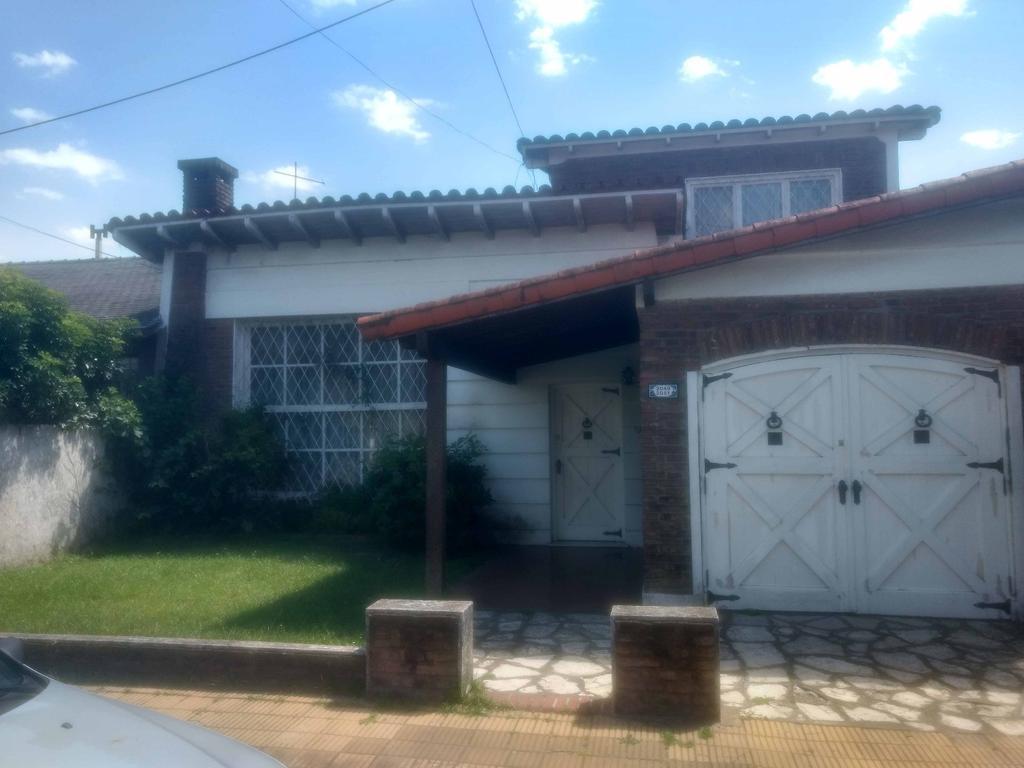 Casa de Estilo en Inmejorable Zona de Castelar Sur