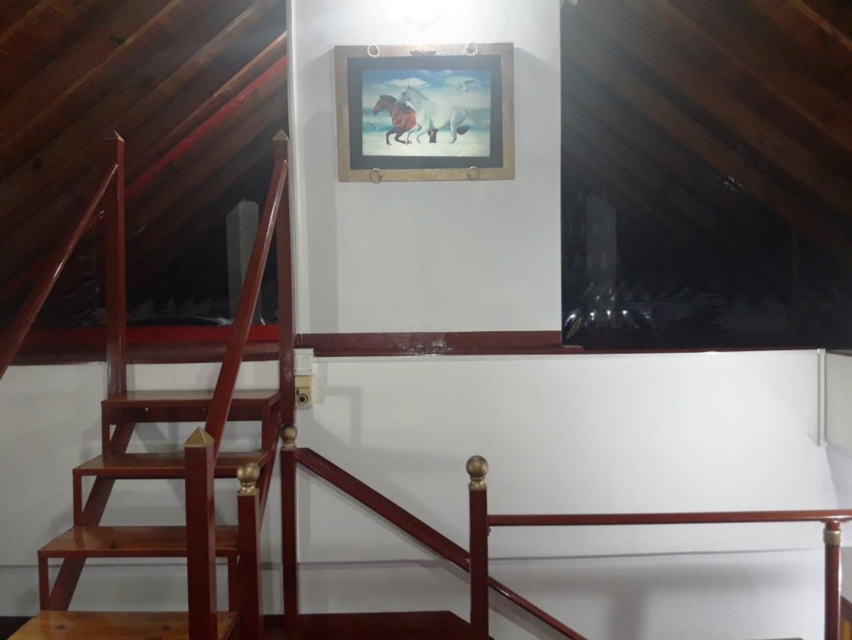 Impecable oficina Merlo Sur en planta alta, entrada independiente.-