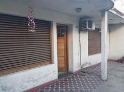 Casa 3 ambientes, con garaje y patio en Bernal Oeste, Apto Credito