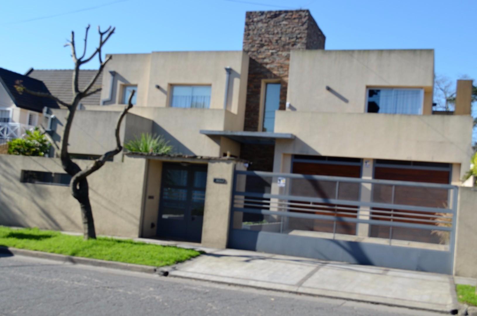 Estupenda mansión de estilo moderno con detalles de categoría en zona residencial Hurlingham.