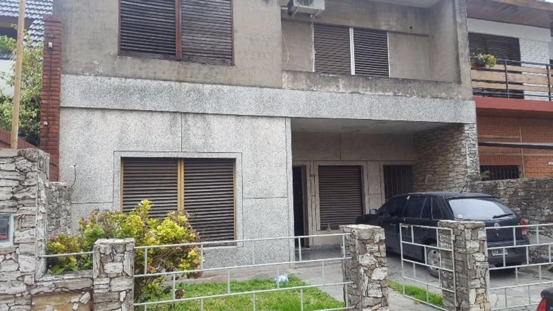 CASA EN PLANTAS 4 AMBIENTES 2 BAÑOS, JARDÍN, COCHERA,  FONDO LIBRE PARQUIZADO, EN ZONA CÉNTRICA