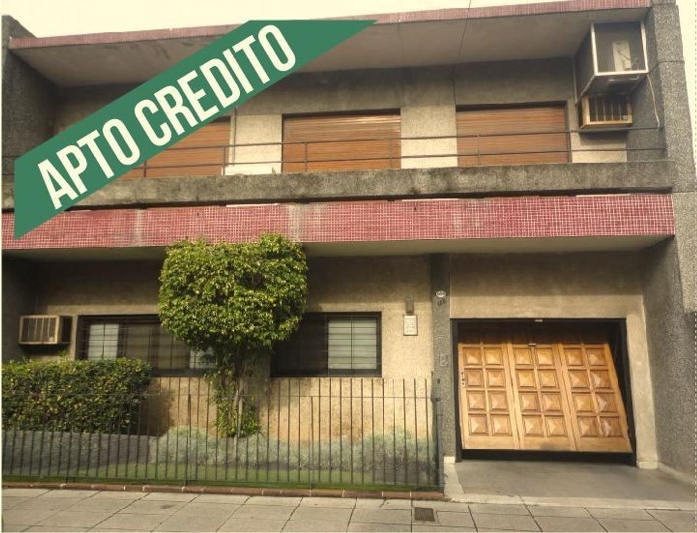 Amplia casa apto crédito en Caseros lado Norte
