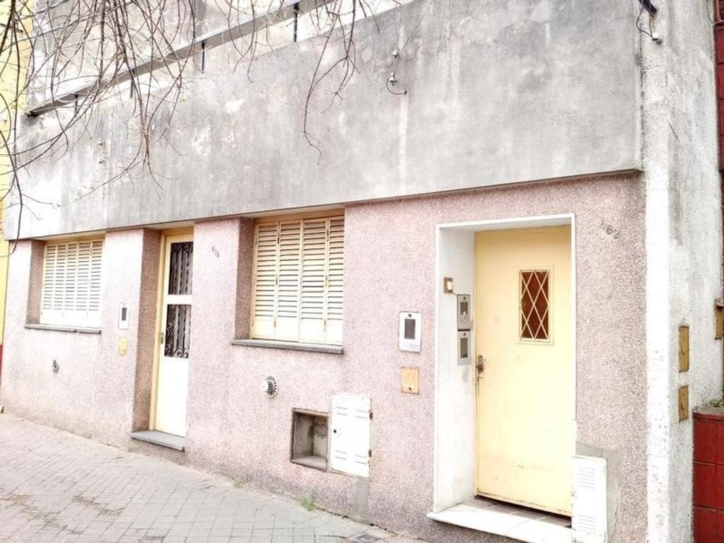 Casa con fondo libre y departamentos internos. Ideal Reciclar - Constructoras -