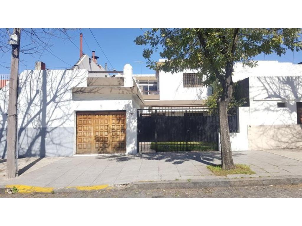 Casa en venta en venta casa 4 ambientes con quincho for Casas con jardin y terraza