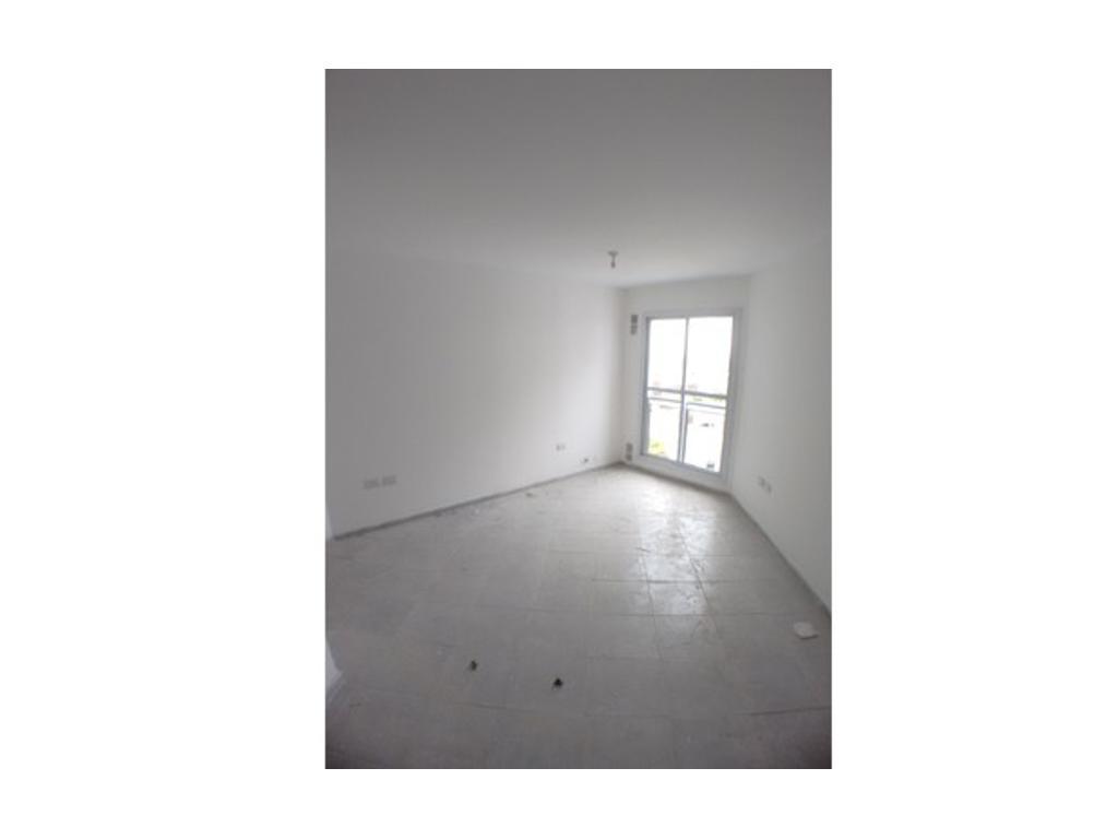 Departamento de un dormitorio, a metros de Av. Colon. Cocina integrada con muebles bajo mesada, term