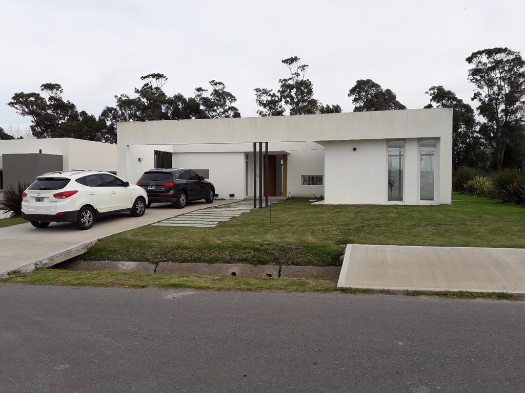 Barrio Rumenco - Casa de 220 m2 - 4 AMB - 3 Baños - Oportunidad !!! Terreno de 800 m2