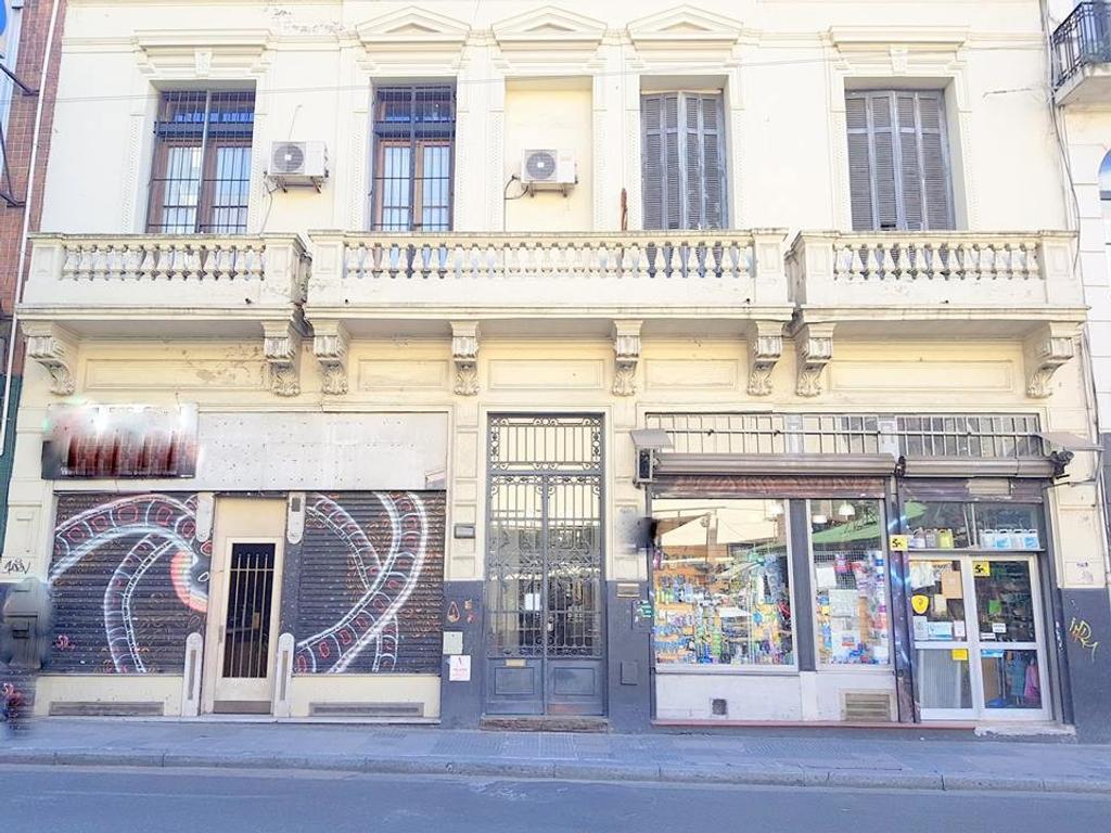 Bartolomé Mitre 1400. PH bajas exp. 117 m2. 2 plantas. 3 dorm. Patio con parrilla