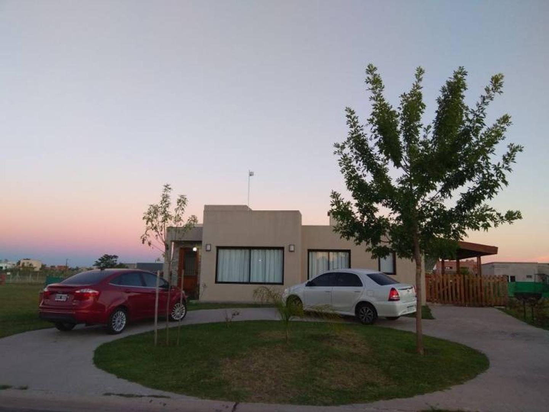 Casa en venta en Barrio San Eduardo - Pilar del Este.