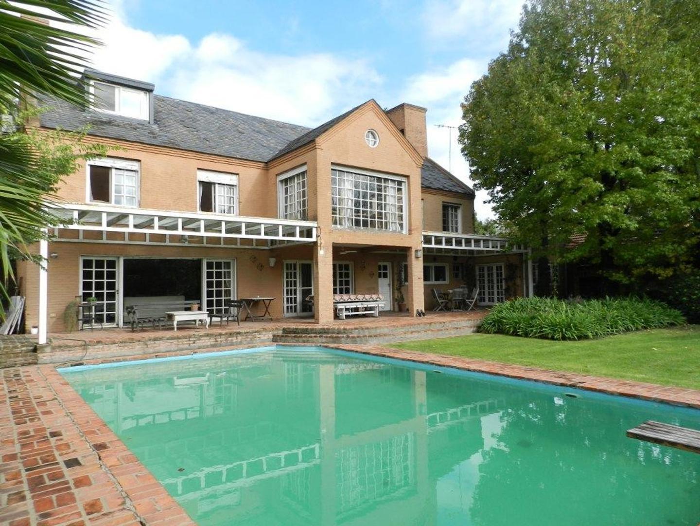- Importante casa clásica de estilo inglés con uno de los jardines más lindos de la Horqueta!!  -