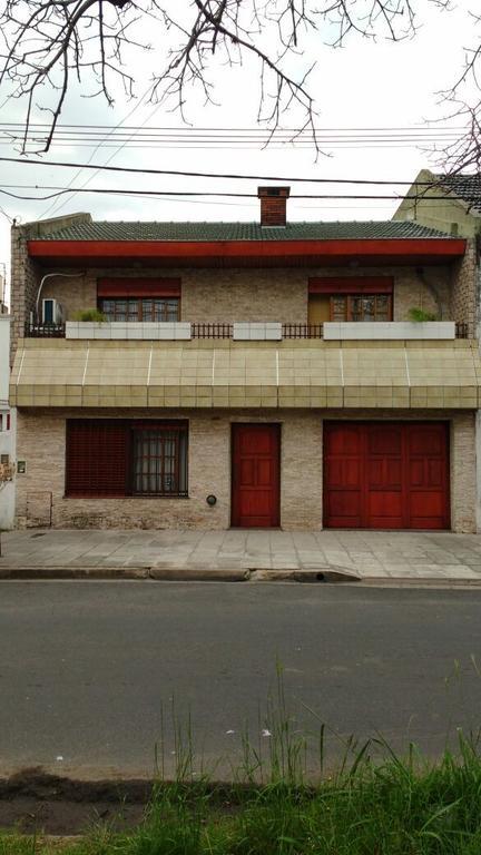 Amplia casa de 4 ambientes con quincho