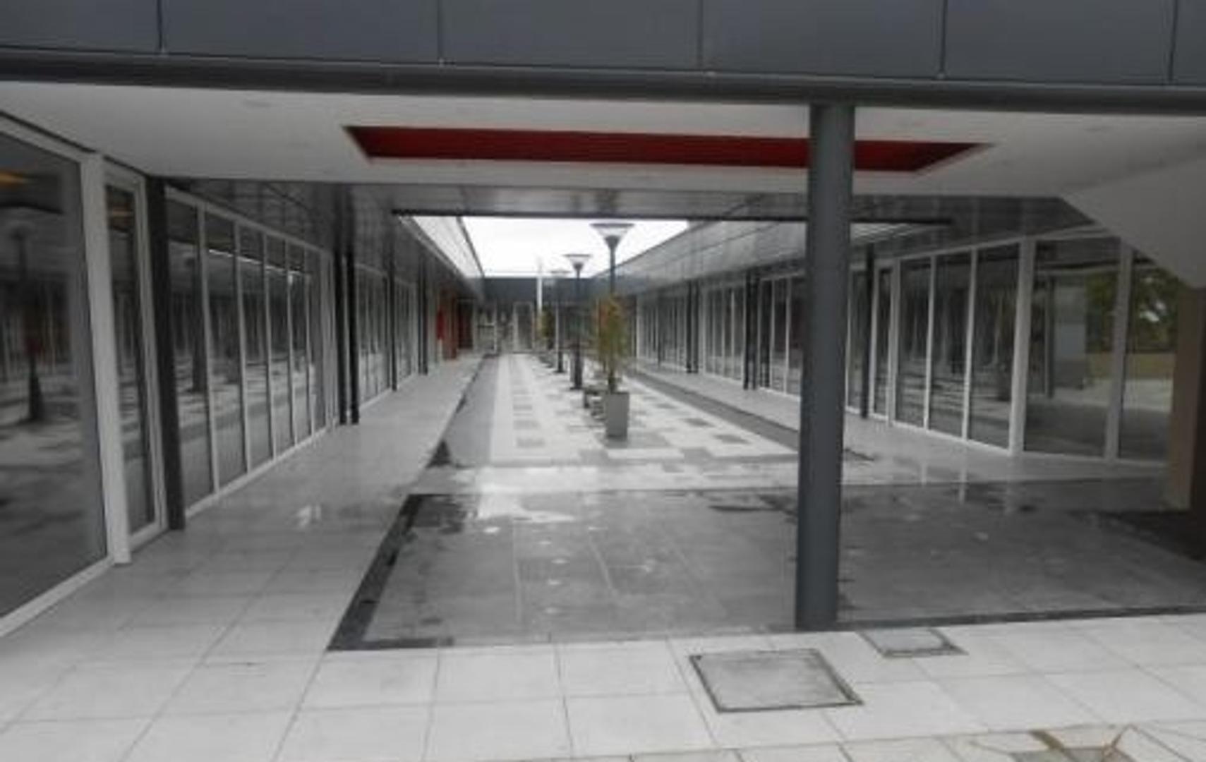 Complejo de locales y Paseo de Compras EUCALIPTUS, acceso oeste Colectora Ituzaingo