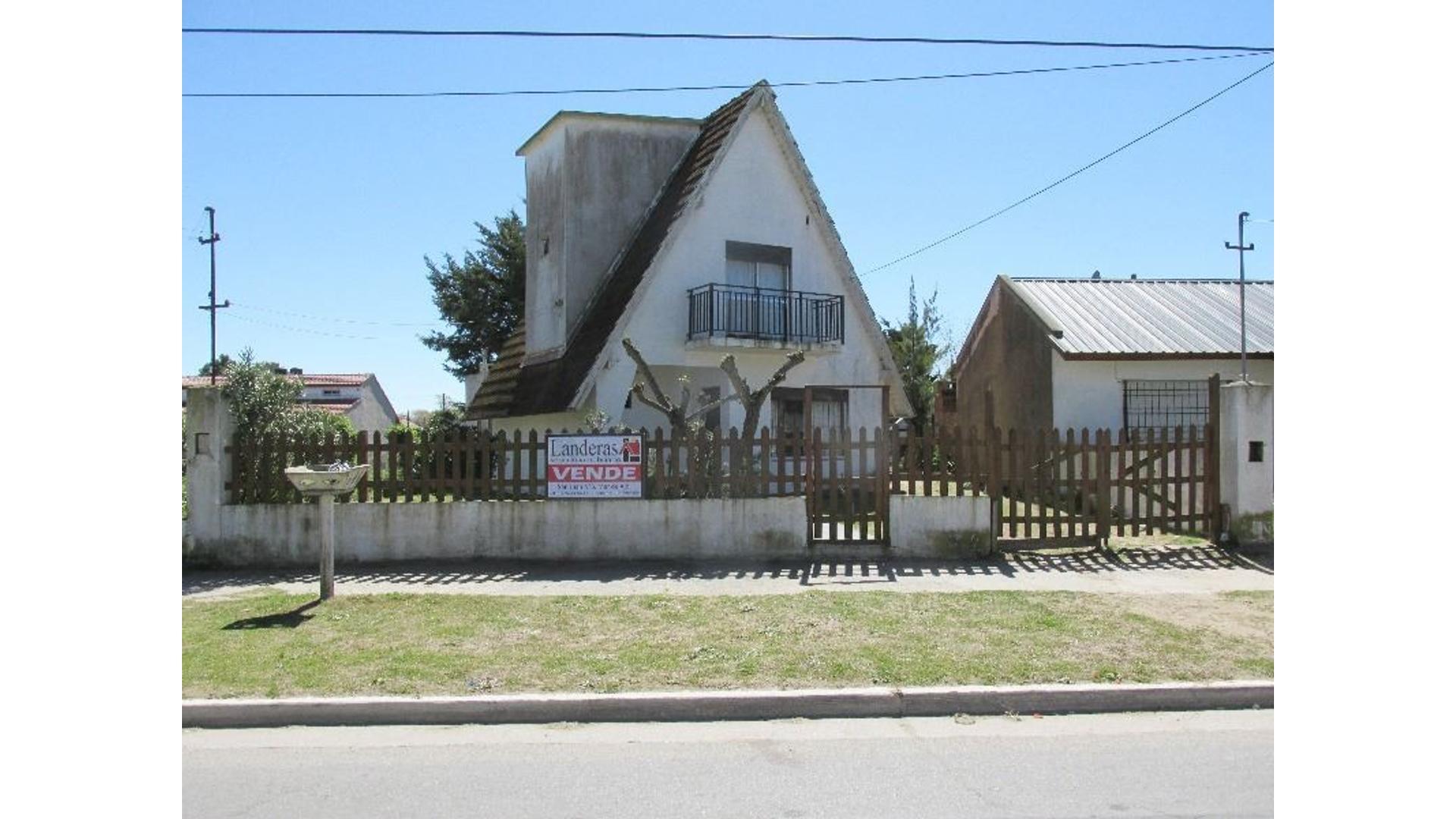 Casa 3 Amb. sobre Av. 79 - Amplio Lote