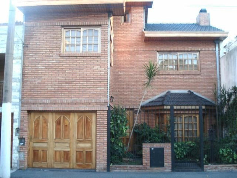 Casa en Venta d 3 dormitorios, jardin, cochera  y fondo.