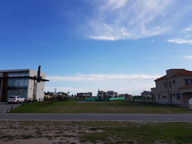 EXCELENTE LOTE EN COUNTRY DE CATEGORÍA SOBRE EL LAGO
