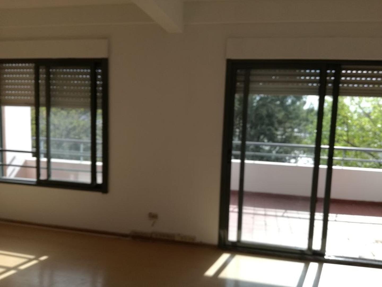 Monoambiente al frente balcon/terraza. Cocina independiente / Baulera