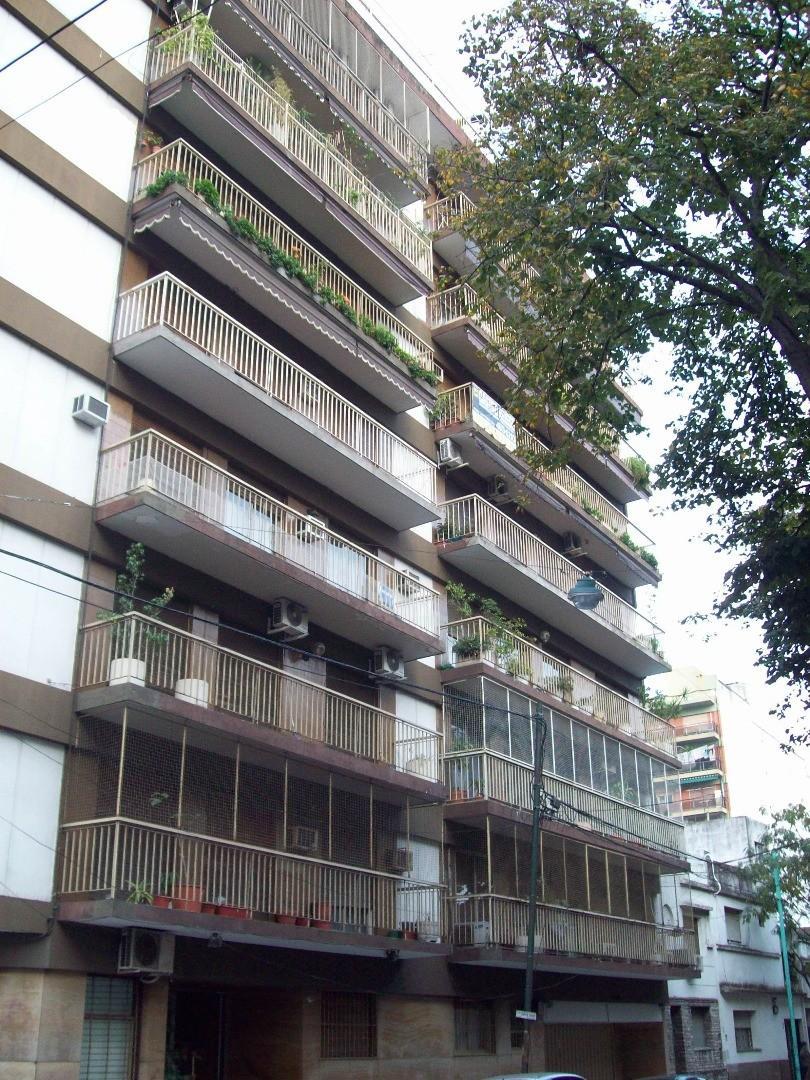Semipiso de 4 ambientes con dependencia de servicio  al frente con balcónes.