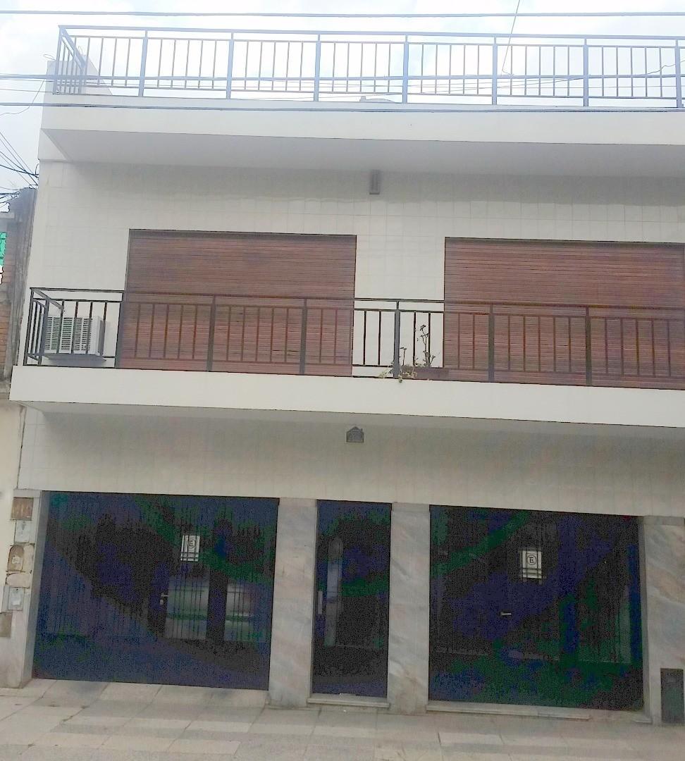 Céspedes 3000 Casa PH 3 plantas Al frente. 3 dorm. 283 m2. 3 baños. Quincho Terraza Garage