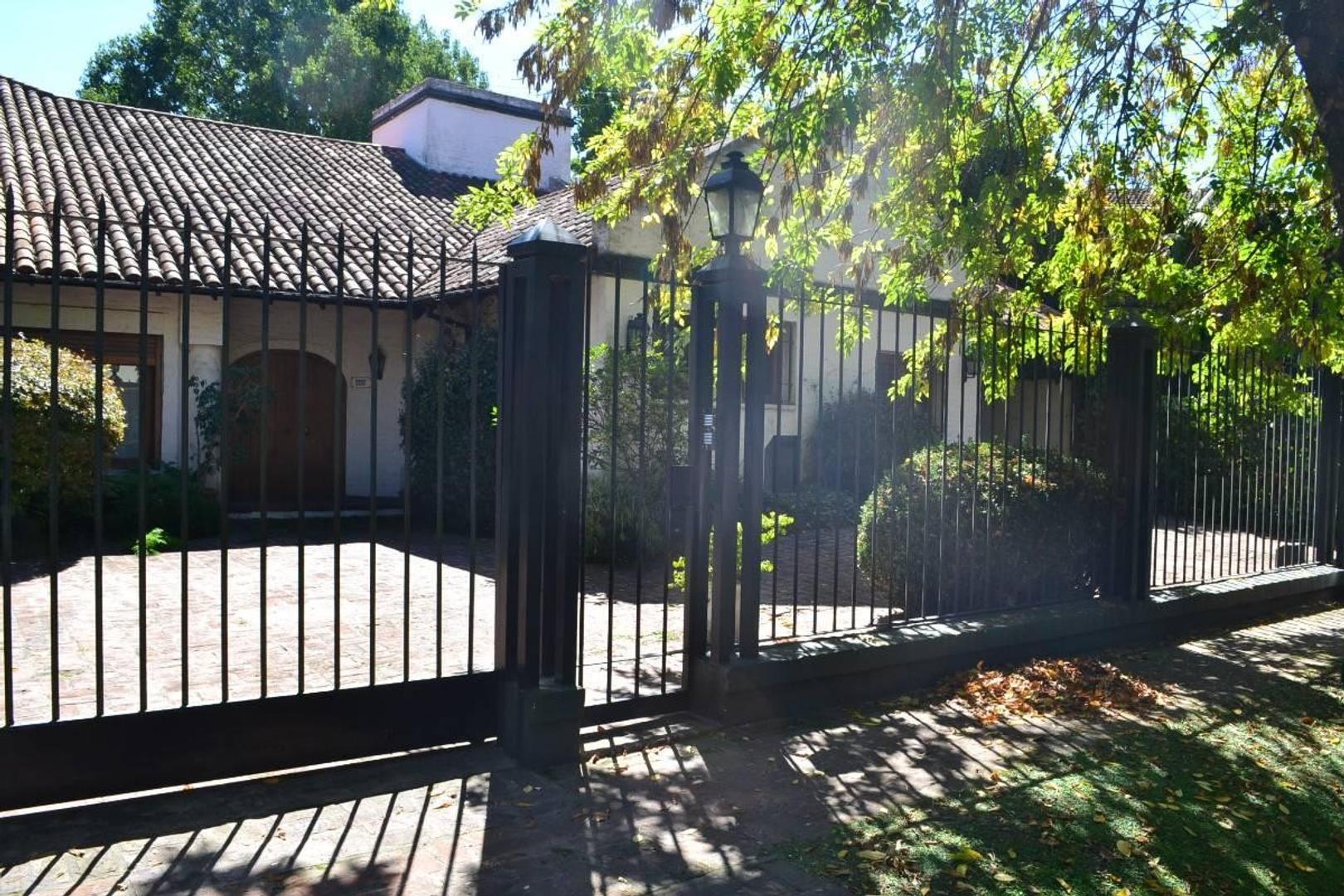 Excelente casa estilo chalet con amplio jardín en el corazon de Lomas Jockey!