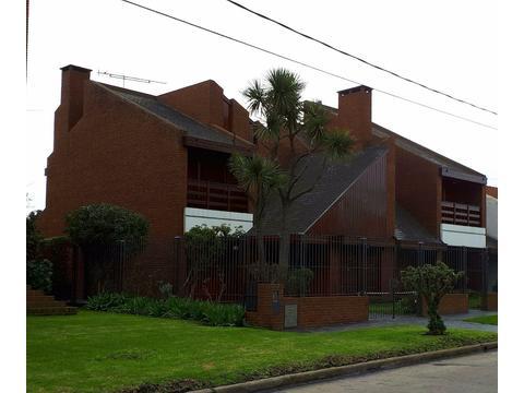 MAR DEL PLATA LOS TRONCOS IMPORTANTE CHALET 6 AMB. 300M2. TERRENO UNICO 468M2