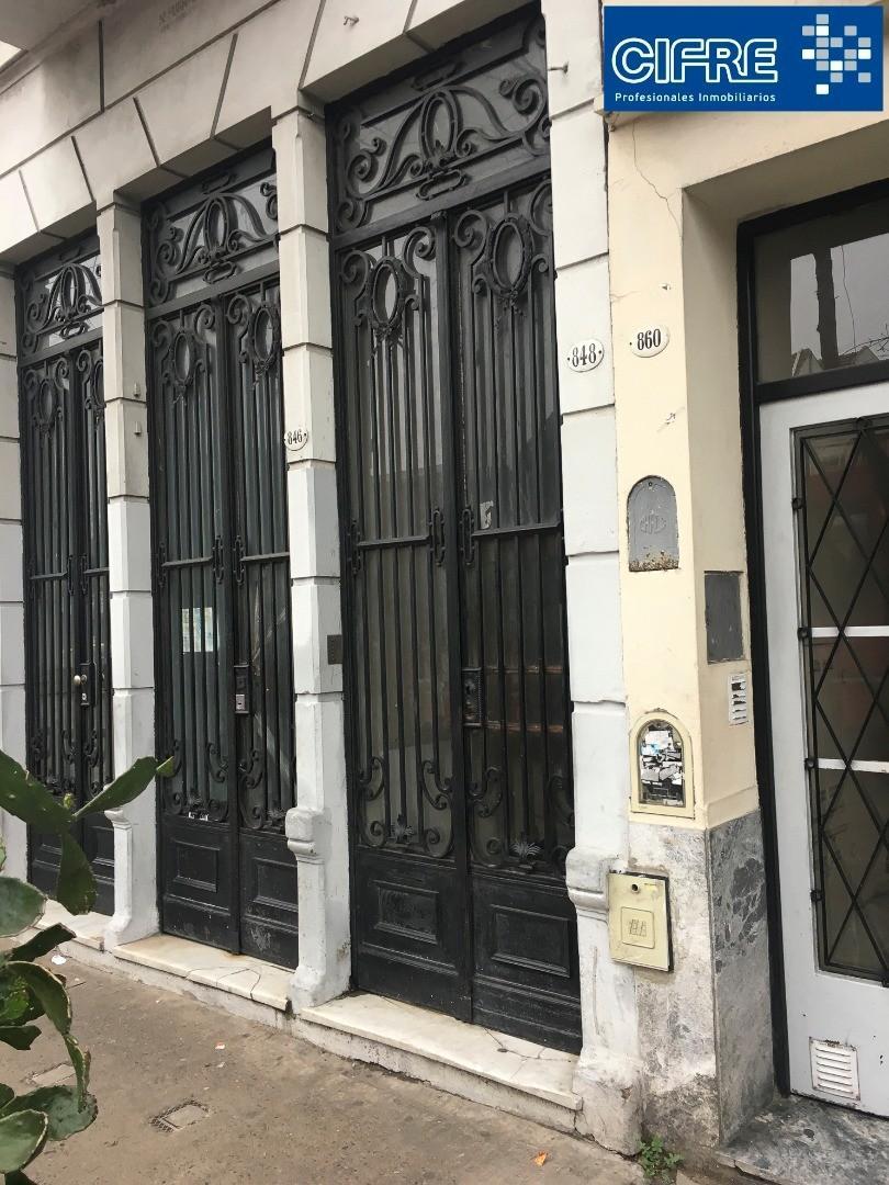 Ph de 5 ambientes contrafrente con patio a refaccionar (Suc Devoto 4504-4444)