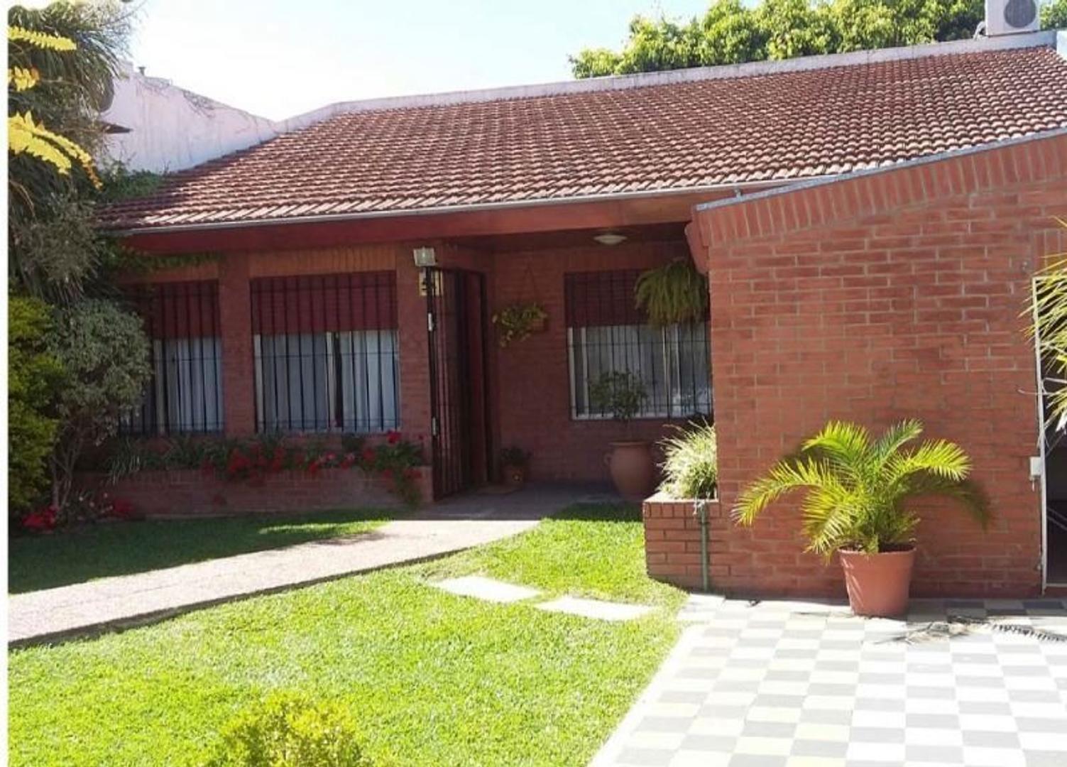 Excelente propiedad multifamiliar, 2  casas 4 ambientes con jardin y garage, en zona residencial.