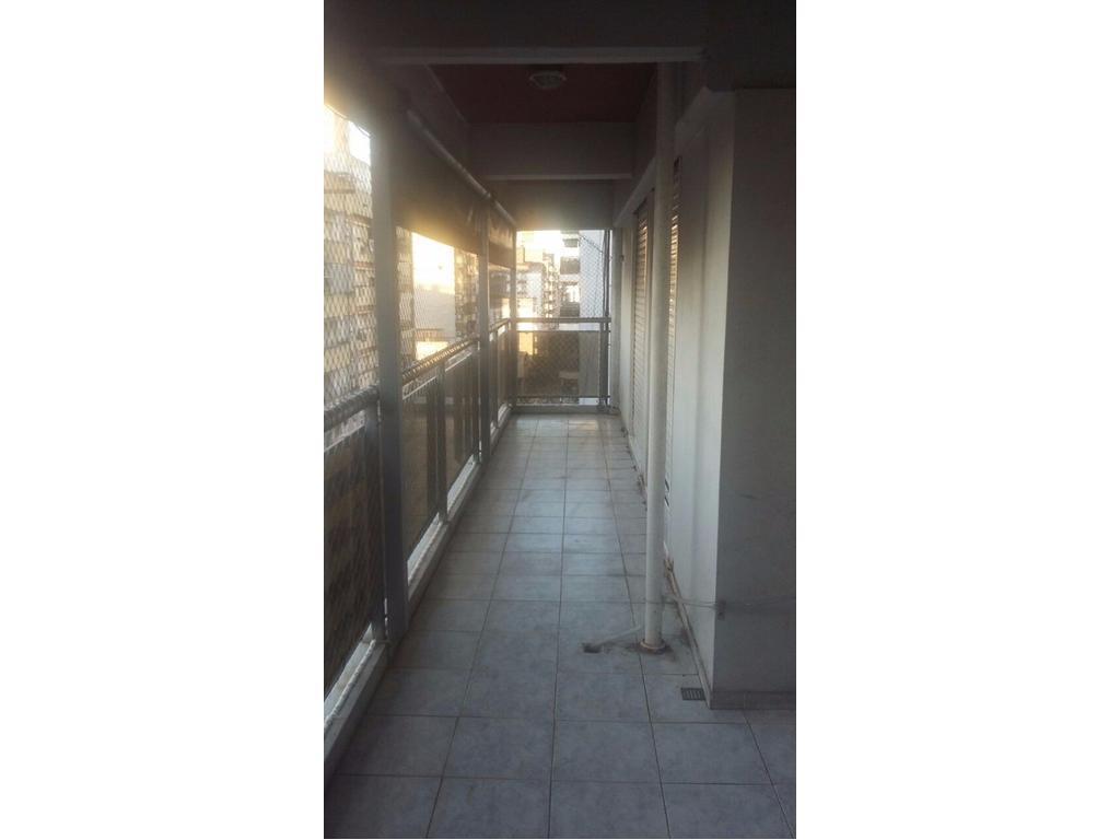 Departamento de dos dormitorios con amplio balcón al frente