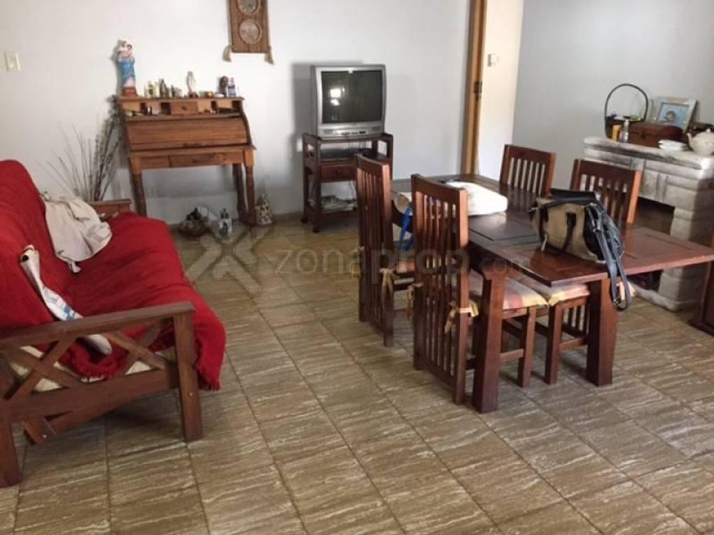 Casa de pasillo con quincho!