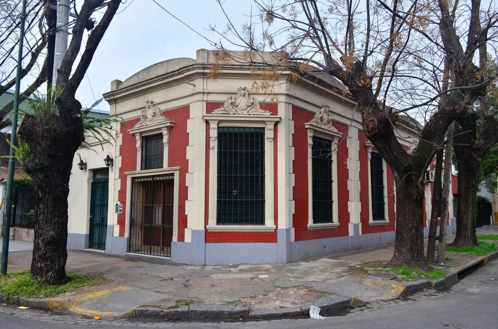 Casa 4 ambientes con garage. Zona centrica. 1 cuadra de Av Centenario