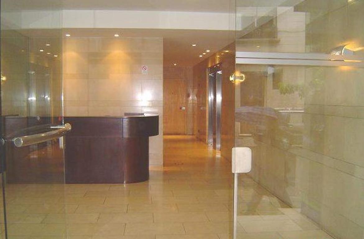 Ayacucho y M.T. Alvear. 32 m2 en edificio de oficinas de 8 años. categoría