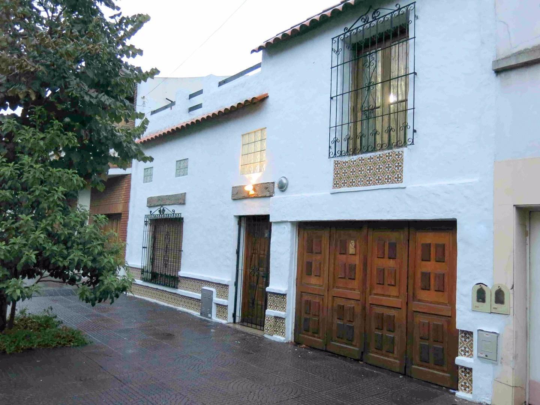 Retasado Mozart 900 Parque Avellaneda, Floresta. 2 plantas 200 m2. 3/4 dorm Patio. Garage. Terraza