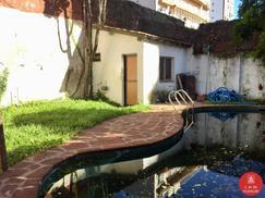 Alsina y 3 de Febrero - PH c/pileta, jardin y cochera en Venta a refaccionar