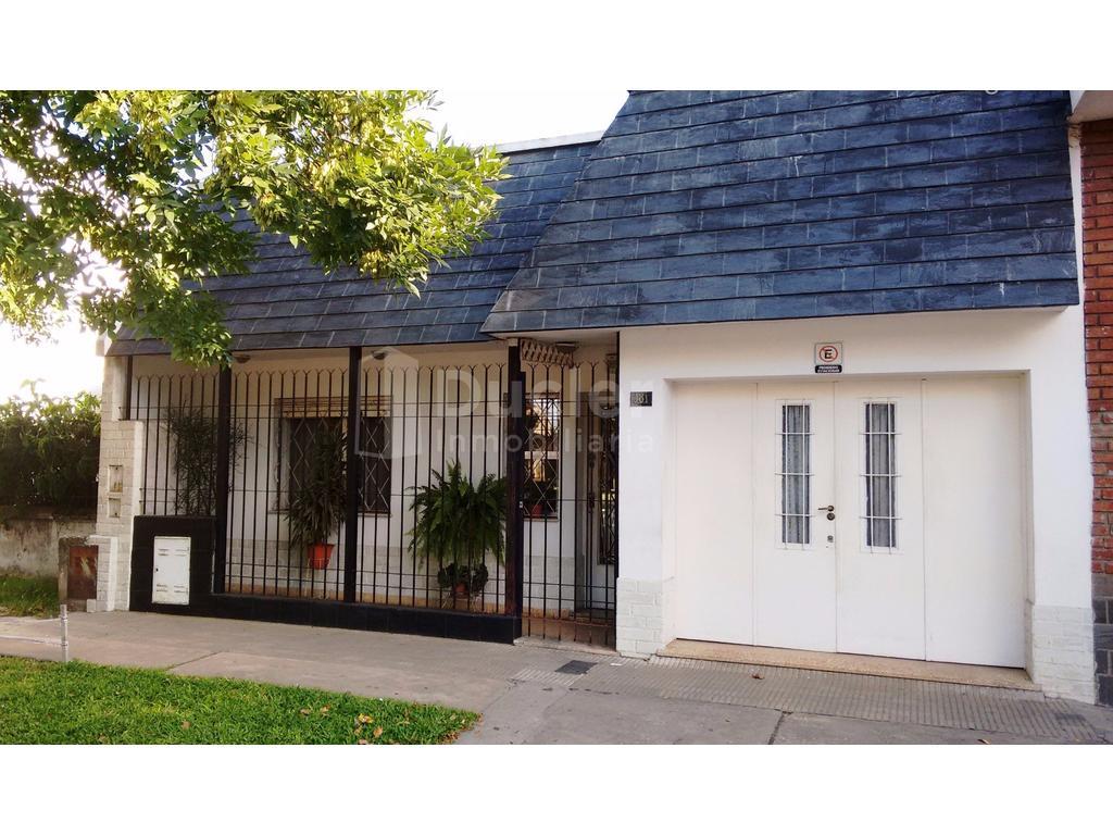 Casa de 2 dormitorios con cochera - Muy buen estado - Uriburu 381