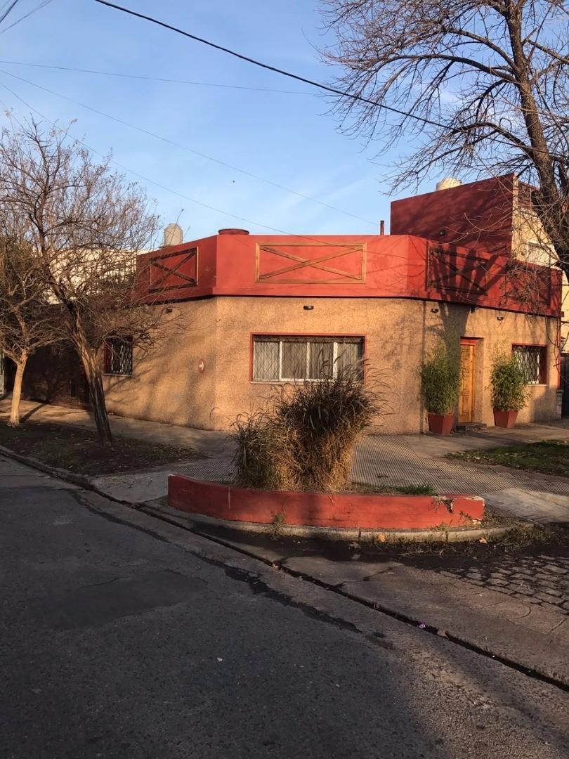 CASA 3 AMBIENTES, CON JARDÍN, QUINCHO Y COCHERA.