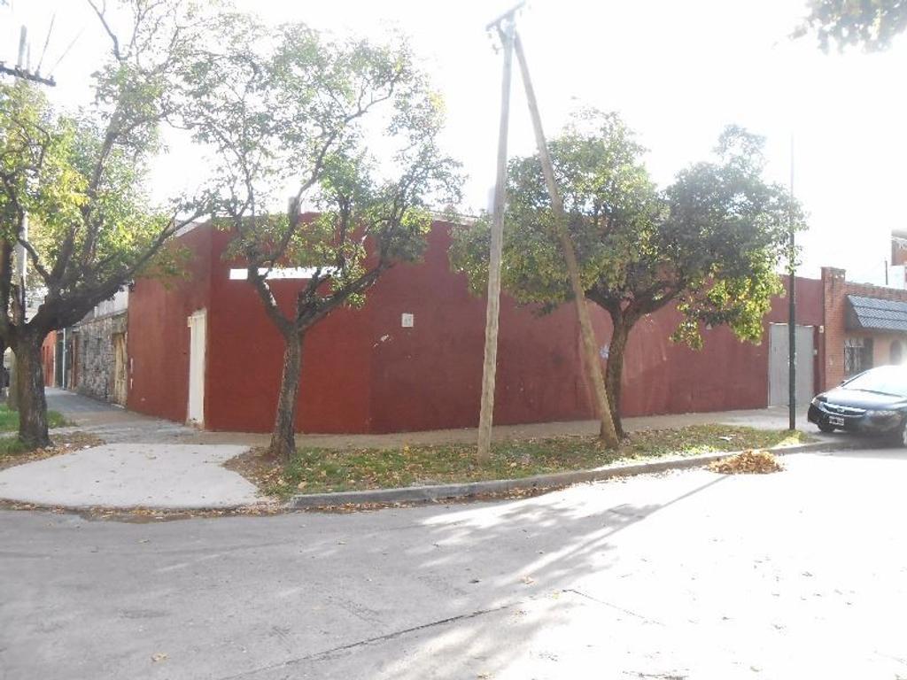 Amplia casa esquina de 135 m2 con destino industrial.