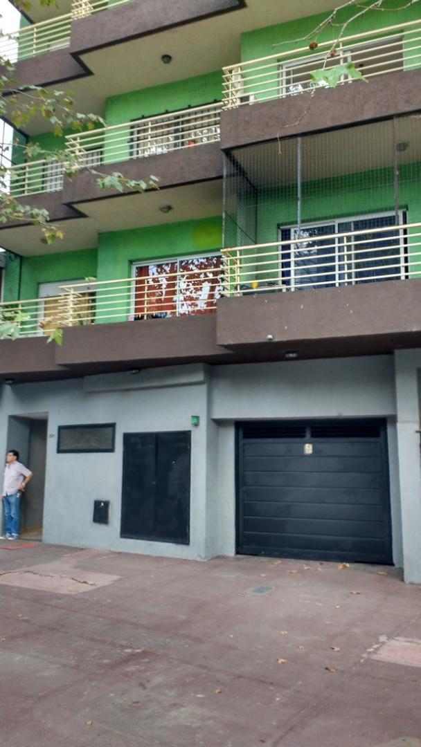 DPTO  3 AMBIENTES - MUY BUEN ESTADO CON BALCON AL FRENTE  Y COCHERA  ,LUMINOSO Y COMODO.