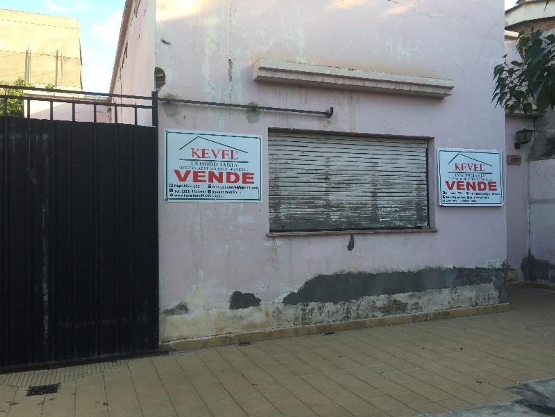 VENDE - CASA DE 2 DORMITORIOS, BAÑO, COCINA, LIVING COMEDOR, 2 DEPOSITOS, GALERIA, PATIO