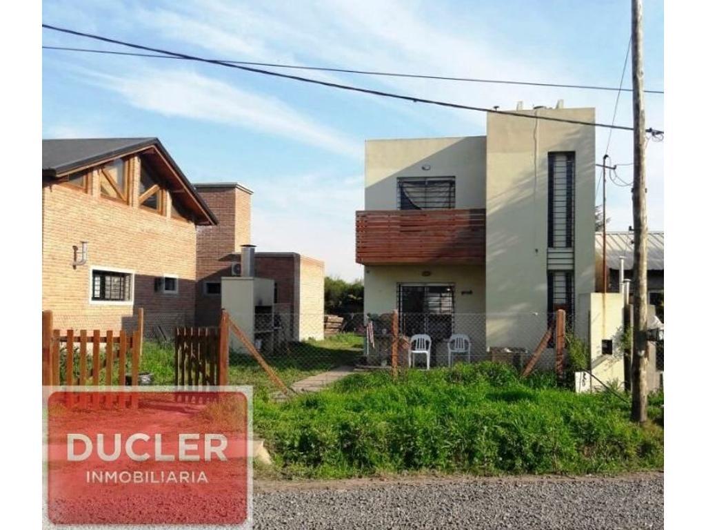 Casa de dos dormitorios.Amplio terreno libre. Vélez Sarfield 743 - Funes