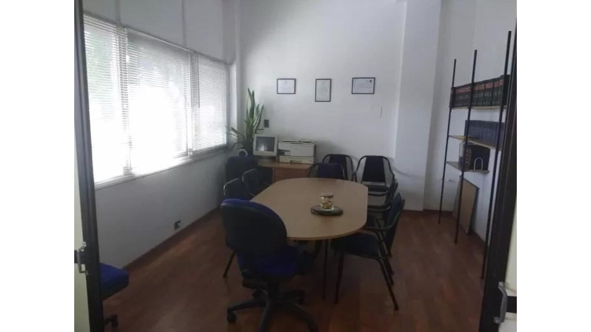 Excelente oficina/local de 85m2 en pleno centro comercial de San Isidro