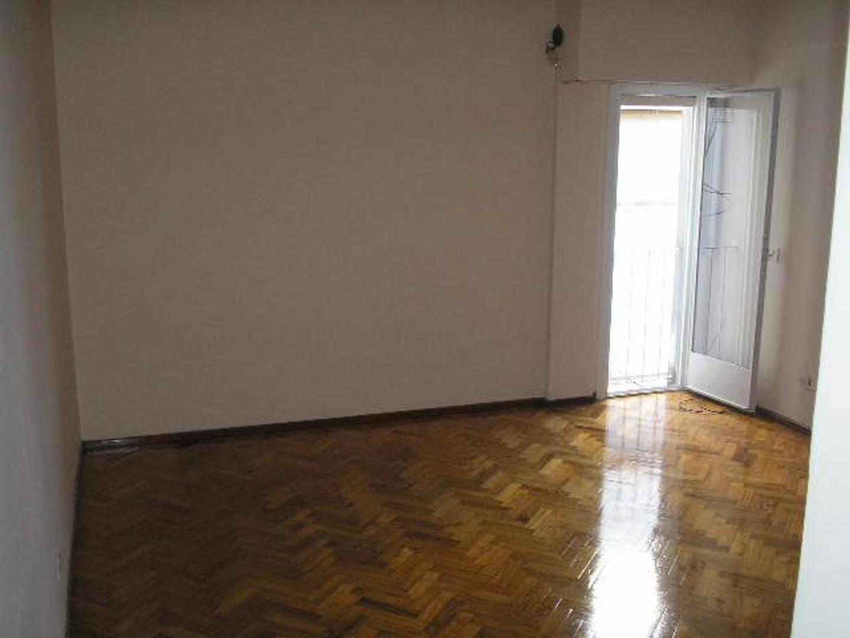 2 ambientes recién pintado, pisos de parquet con lavadero - De Genaro Propiedades 4633-8309
